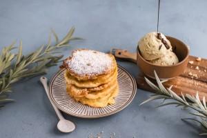 Gebackene Apfelringe mit crunchigem Olivenöl- Vanilleeis und scharfer Schokoladensauce